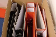 Donación de productos: Carpetas de anillas ( negro , naranja)